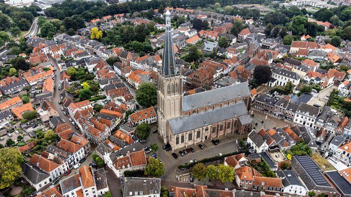 De oude binnenstad van Hazestad Doesburg, met de mooie Martinikerk als middelpunt. De daken van de monumentale woningen zijn nu nog vrij van zonnepanelen.