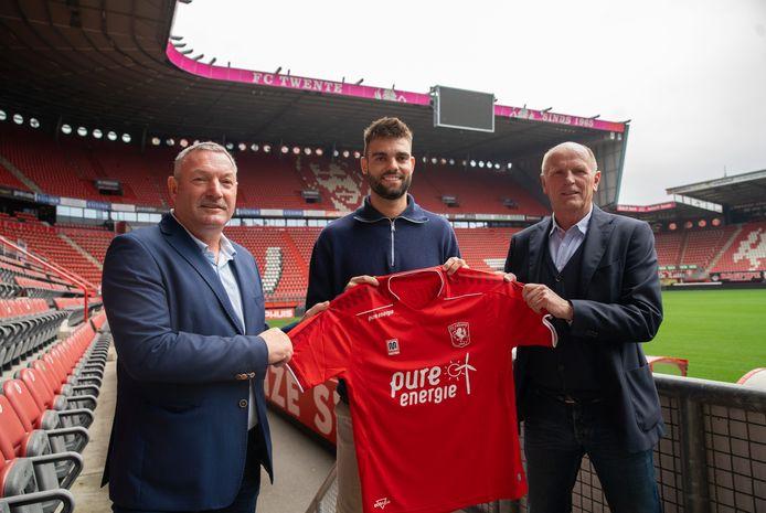Pröpper tekende donderdag bij FC Twente, nu zitten de fans van Heracles met shirt waarop zijn naam nog staat.