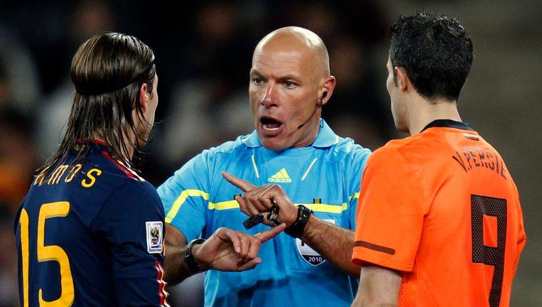 Howard Webb tijdens de WK-finale, links Sergio Ramos, rechts Robin van Persie. Foto AP Beeld AP