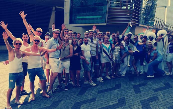 De uitgedoste klanten van gaybar De Regenboog - ook uit Eindhoven - zijn klaar om af te reizen naar Amsterdam om mee te doen met de Gay Pride.