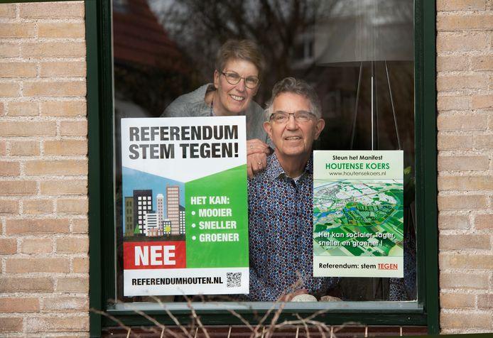 De postercampagne 'wakkerde het gevoel van polarisatie binnen de Houtense bevolking aan'.