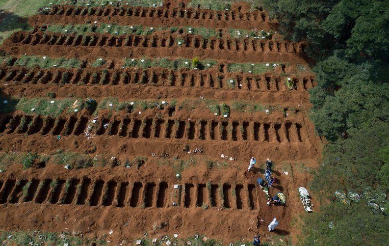 De begraafplaats Vila Formosa in São Paulo, net buiten de stad, ligt vol met coviddoden. Beeld AP