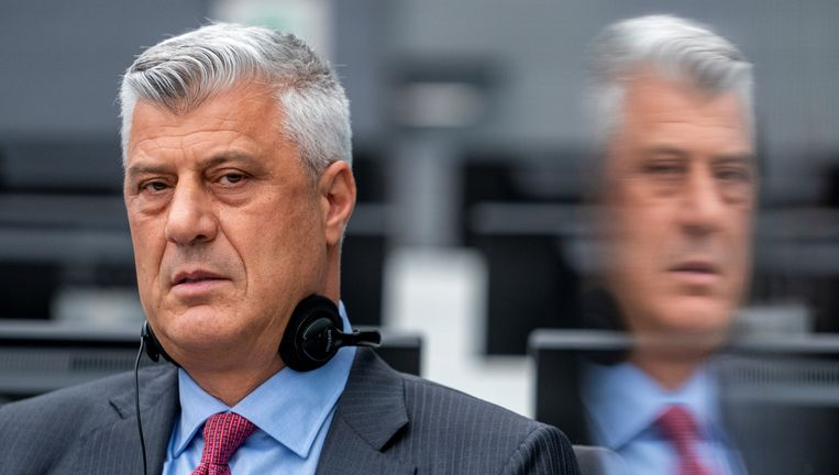 De Kosovaarse oud-president Hashim Thaçi is maandag voor het eerst voor het Kosovotribunaal in Den Haag verschenen. Beeld REUTERS