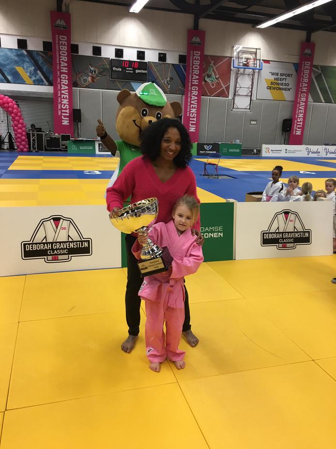 Julia met de haar wisselbokaal uitgereikt door judoka Deborah Gravenstijn.