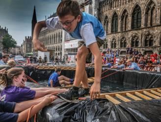 Jeugdbewegingen bekampen elkaar tijdens 'Belfort op Stelten' op autovrije zondag
