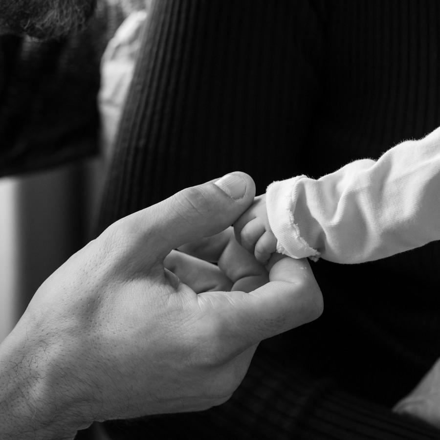 Papa Peter Sutherland houdt het handje van zijn overleden dochtertje Lijza vast.