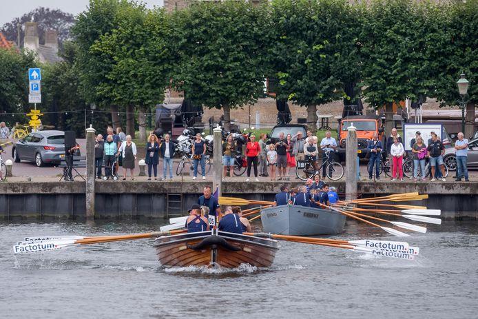De teams moesten zo snel mogelijk van de Willemstadse binnenhaven roeien over het Hollandsch Diep naar de jachthaven van Noordschans.