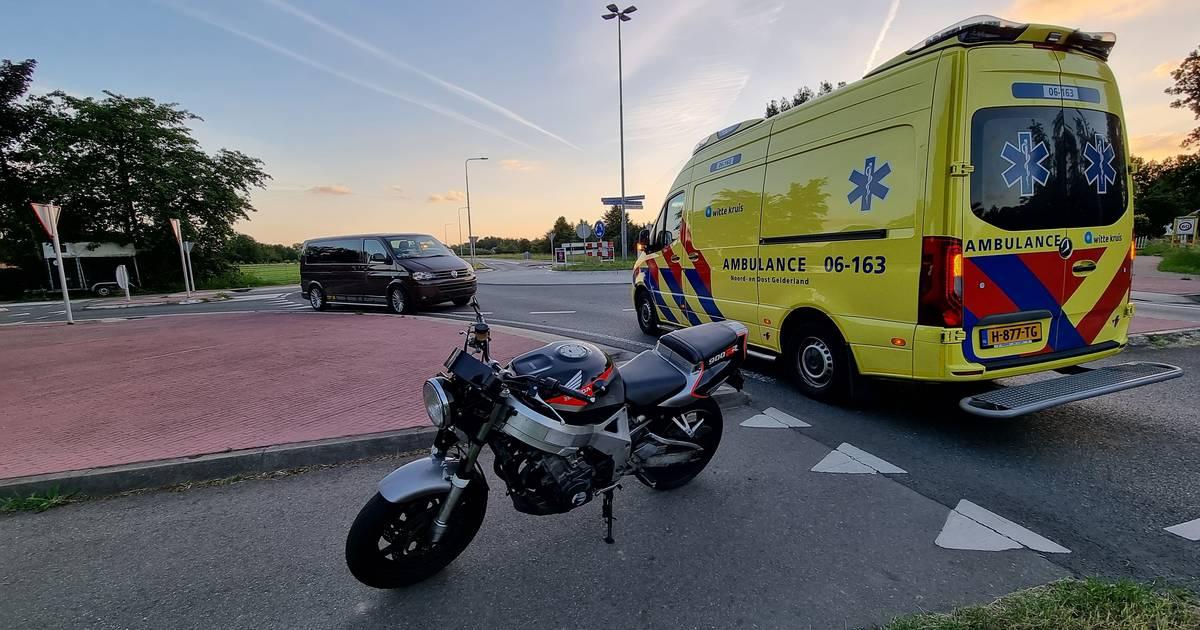 Motorrijder en bijrijder gewond door botsing met bedrijfsbus in Wehl.