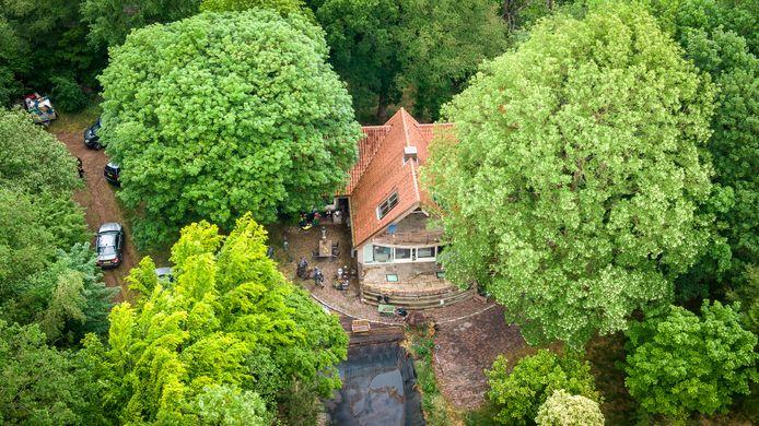 Het arrestatieteam is een villa in Willemsoord binnengevallen.