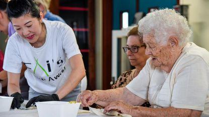 Bewoners rusthuis leren loempia's maken met Fai en Sue