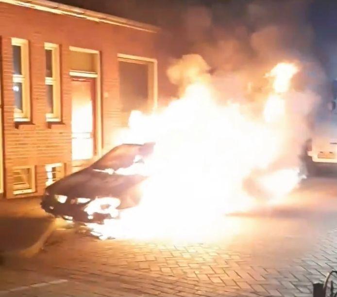 Twee auto's brandden uit in het Rode Dorp in Deventer.
