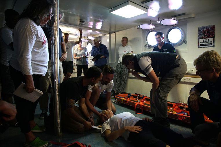Aan boord worden ook medische trainingen gegeven. Beeld AP