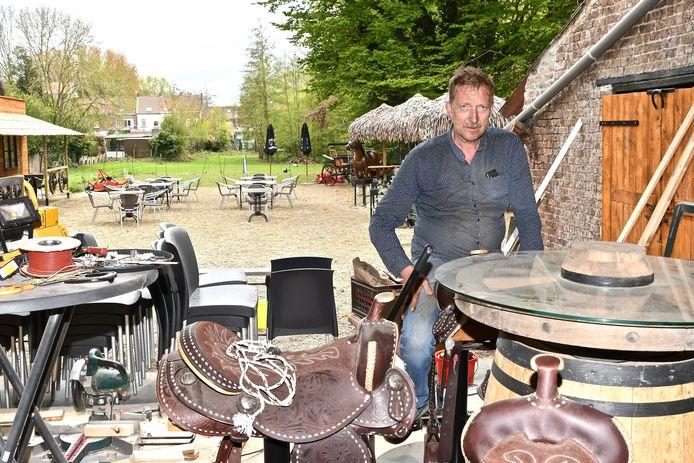 Uitbater Johan Devrekere op een paardenzadel aan een houten ton