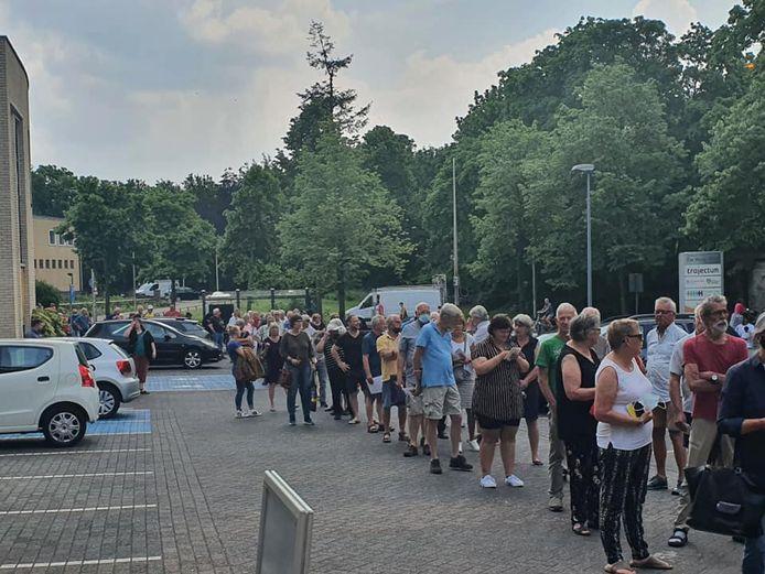 Aan het begin van de middag stonden zo'n 150 mensen in Deventer te wachten op het coronastempel voor hun gele boekje.