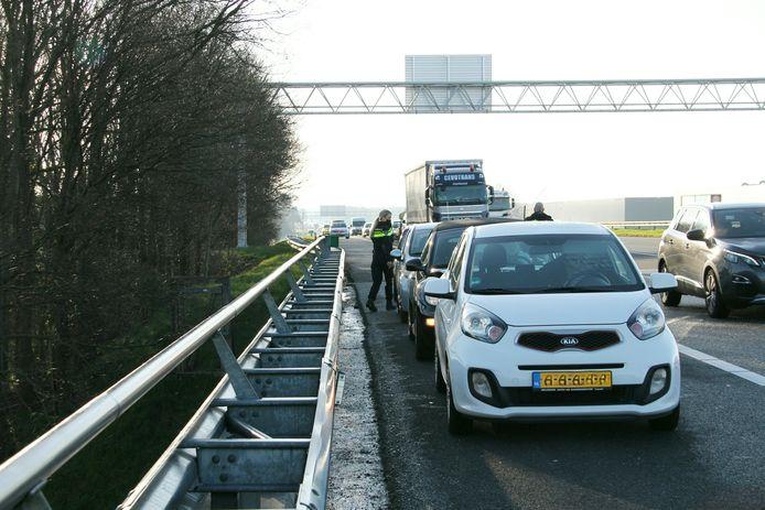 De drie betrokken auto's staan na het ongeluk op de vluchtstrook.