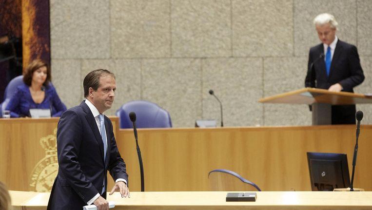 PVV-leider Geert Wilders in de Tweede Kamer tijdens de Algemene Politieke Beschouwingen, nadat D66-leider Pechtold (voorgrond) hem had gevraagd afstand te nemen van neonazi's die bij een PVV-demonstratie aanwezig zouden zijn geweest. Beeld anp