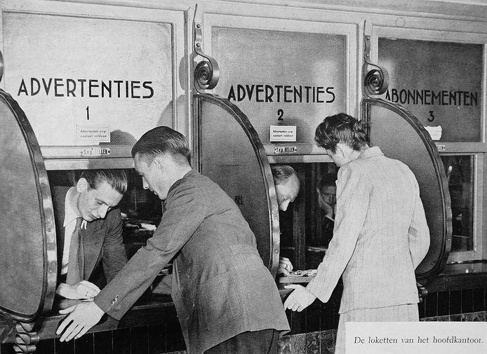 Een advertentieloket bij een Nederlandse krant, begin twintigste eeuw.