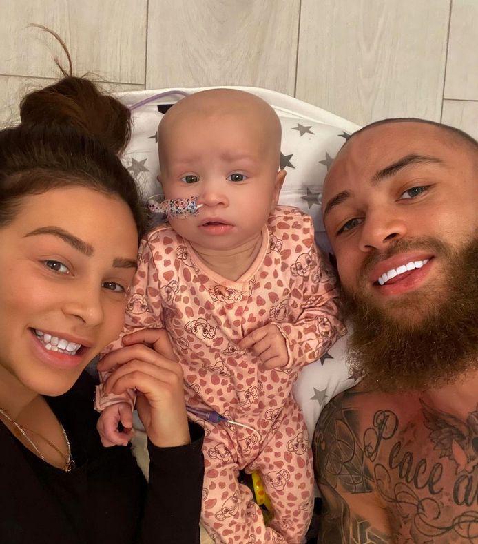 Safia dan pasangannya Ashley Cain bersama putri mereka, Azelia