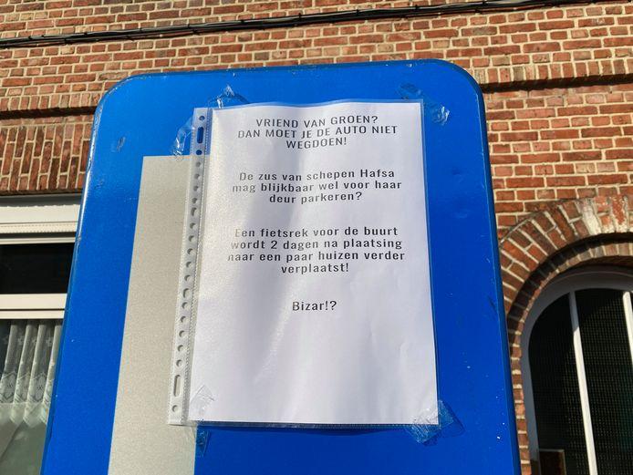 Een brief aan het fietsrek beweert dat Hafsa El Bazioui de verplaatsing ervan geregeld heeft.