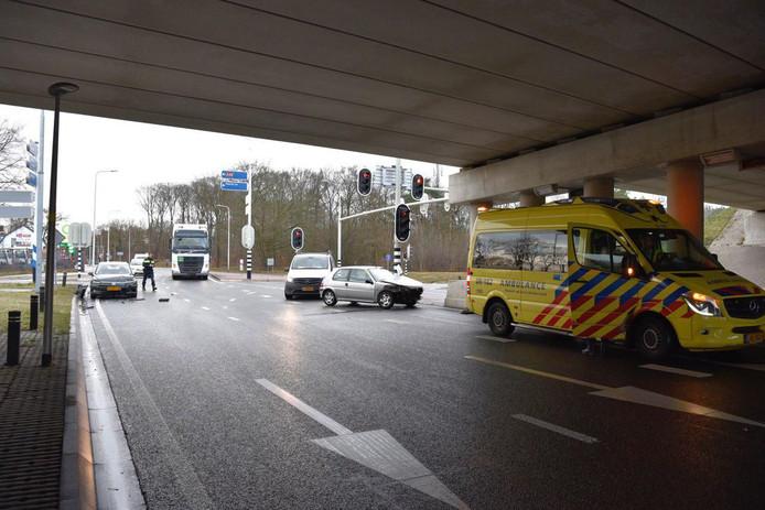 Twee auto's botsten op elkaar vlakbij de afrit van de A28.