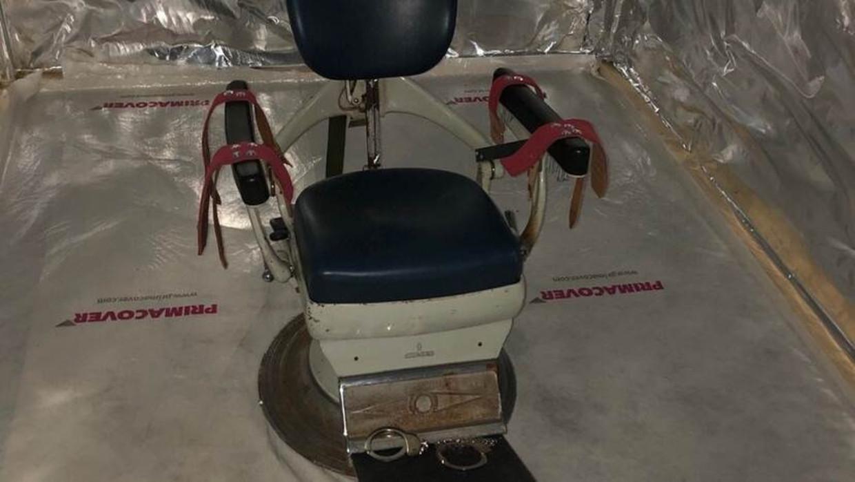 Een stoel in de 'martelkamer' waarop slachtoffers konden worden vastgebonden. Beeld Openbaar Ministerie.