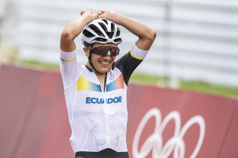 Richard Carapaz viert zijn overwinning op het Fuju Speedway Circuit.  Beeld ANP