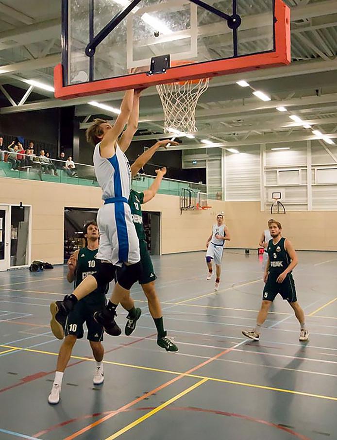 Blauw-Wit speler Rens Poulie stijlvol in actie tegen Baros 70-71 Foto Tran Kilo