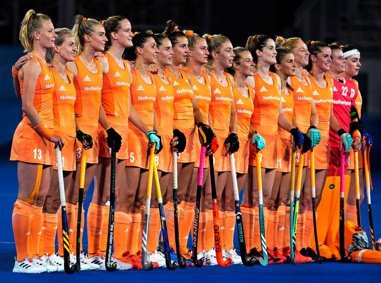 De hockeysters luisteren naar de volksliederen. De vrouwen wonnen goud, kosten: 8.525.058 euro. Beeld Klaas Jan van der Weij