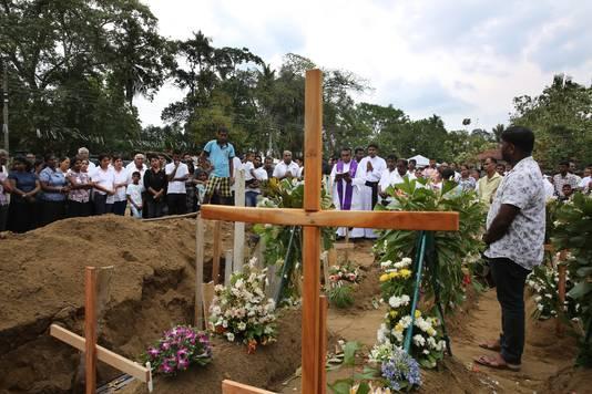 Een begrafenis in Sri Lanka na de de aanslagen