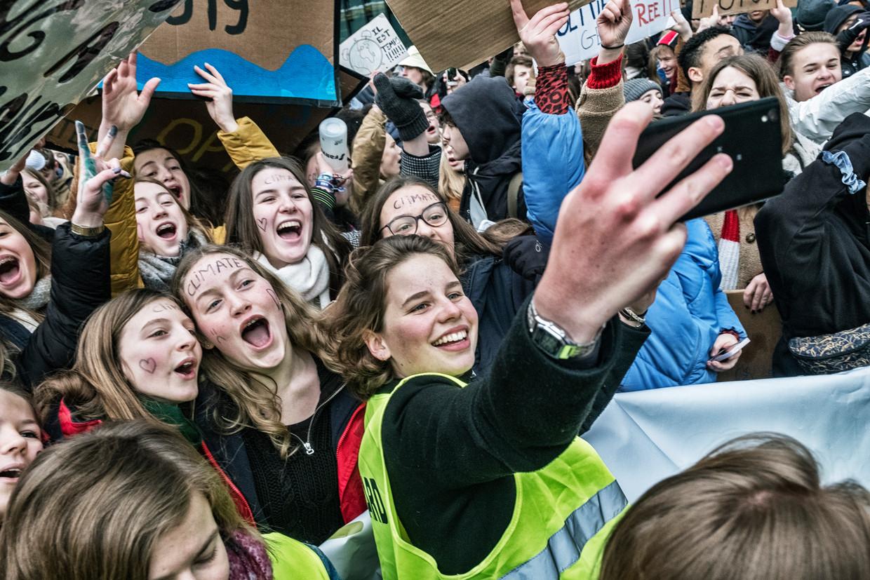 Anuna De Wever tijdens een van de vele klimaatprotesten in Brussel, waarbij jongeren spijbelden om aandacht te vragen voor de opwarming van de aarde. Beeld Tim Dirven