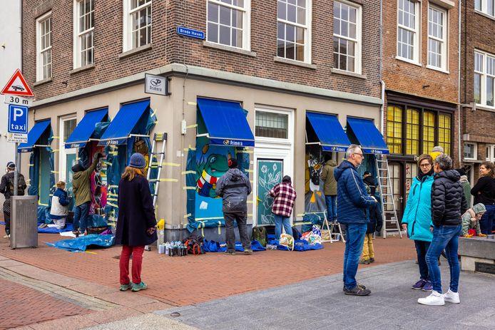 De Primera op de hoek Visstraat en Brede Haven van Maaike Neuféglise werd zaterdag opgepimpt door de kunstenaars van Kings of Color.