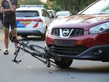 Agenten en omstanders slaan handen ineen om fiets los te krijgen die na botsing klem zit onder auto