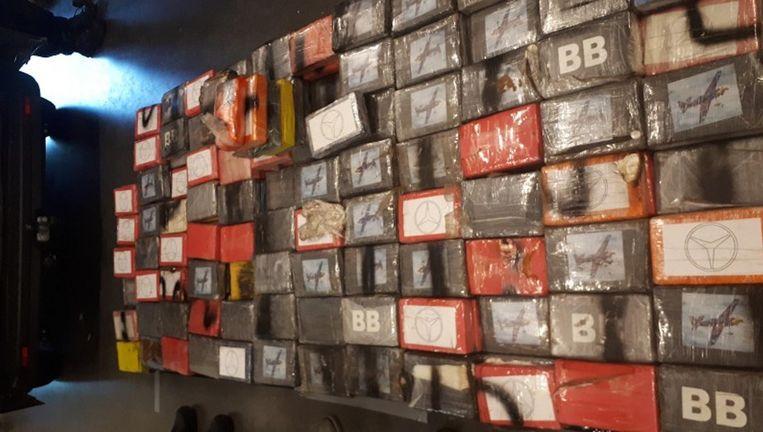 In de verborgen ruimte van de bestelbus zat bijna 500 kilo cocaïne. Beeld Politie Amsterdam