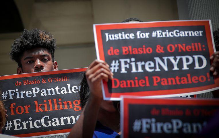 Demonstranten willen dat agent Daniel Pantaleo aan de deur wordt gezet omwille van zijn betrokkenheid bij de dood van Eric Garner.