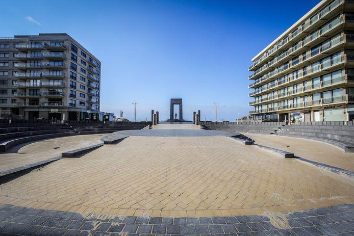 De Leopold I-Esplanade in De Panne onder een helderblauwe hemel maar zonder ook maar één wandelaar