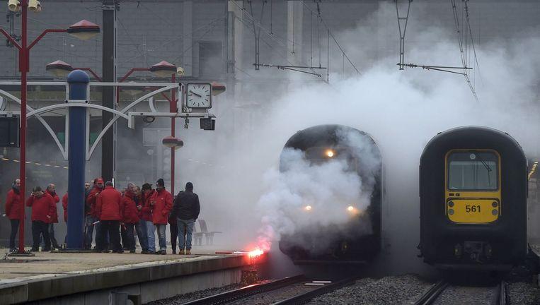 In het station van Namen werden fakkels op het spoor gegooid.