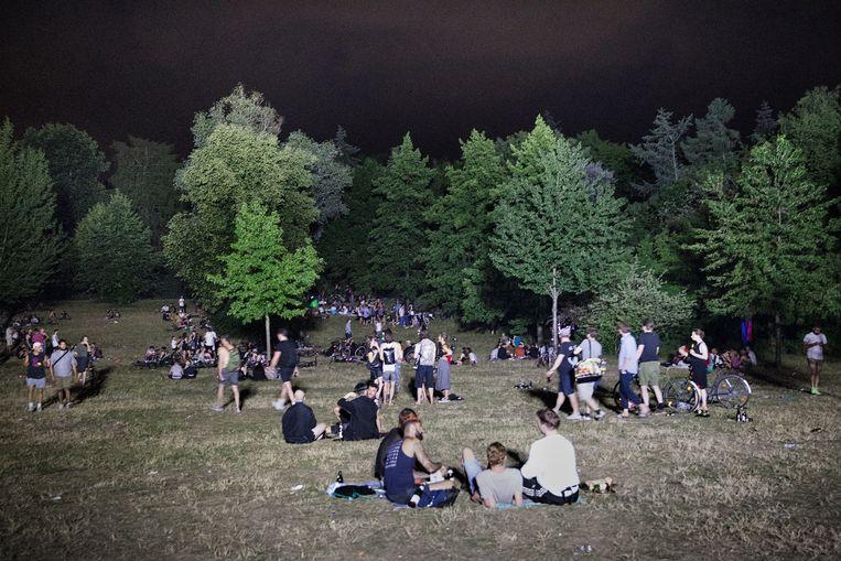 Door zijn beschutte ligging is het glooiende veld in park Hasenheide uitstekend geschikt is voor clandestiene festiviteiten. Beeld Daniel Rosenthal / de Volkskrant