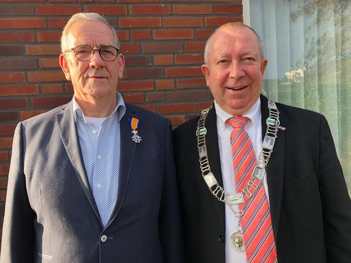 Hans van Kuijk en loco-burgemeester Sjef van Elk na de uitreiking van de koninklijke onderscheiding aan Hans van Kuijk.
