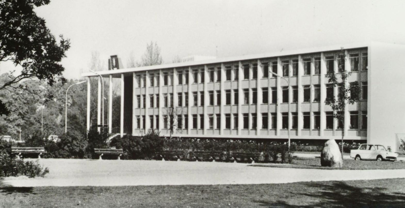 De kei in 1955, voor het politiebureau aan de Nassauweg.