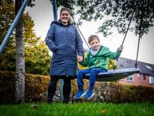 De gehandicapte Mika hoeft niet meer in het gras te zitten in de speeltuin: 'Hij kan meespelen met de rest'