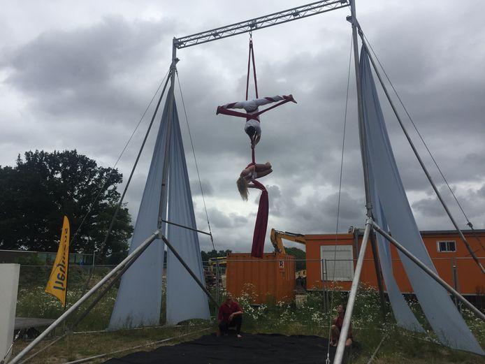 Acrobatiek tijdens de viering van de start bouw van het nieuwe dorpshart in Berkel-Enschot
