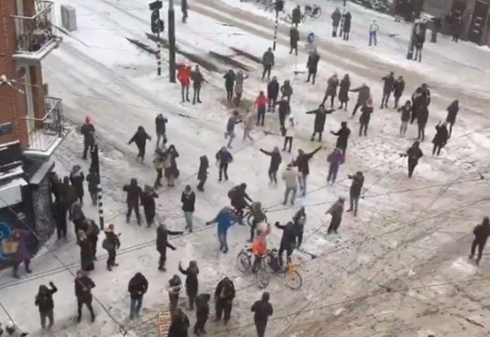 Voorbijgangers begonnen spontaan te dansen op straat.