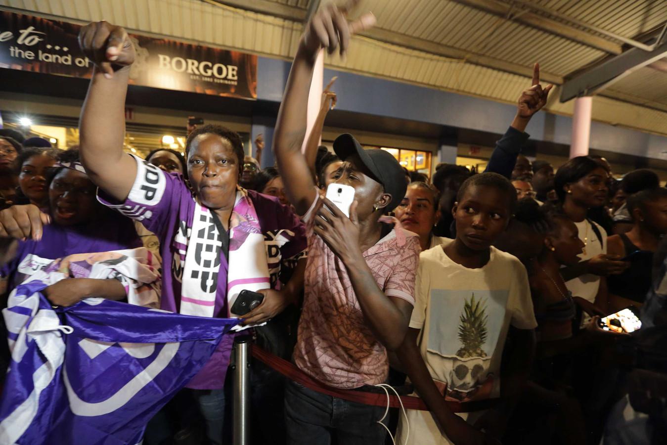 Aanhangers van de Nationale Democratische Partij (NDP) verwelkomen de Surinaamse president Desi Bouterse op luchthaven Johan Adolf Pengel.