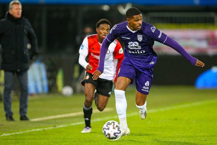 Heracles-speler Jeremy Cijntje (voor) vertrekt voor een half jaar naar België.