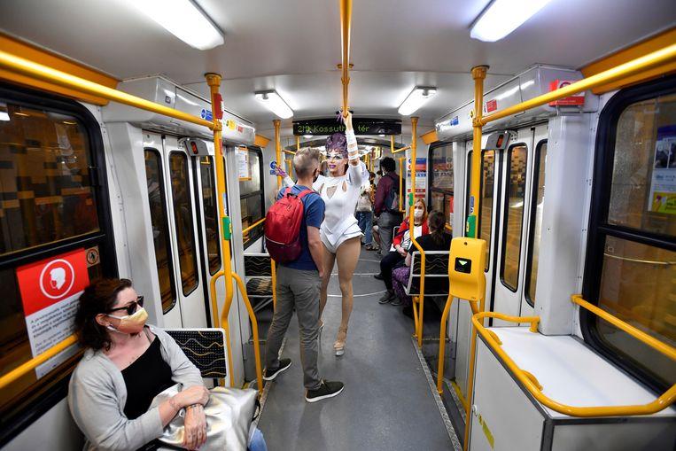 Elona Musk in de metro onderweg naar een protest in Boedapest.  Beeld REUTERS