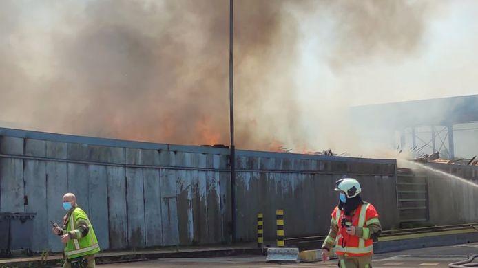 De brand woedde in alle hevigheid in een open opslagplaats op de terreinen van afvalintercommunale IMOG in Moen.