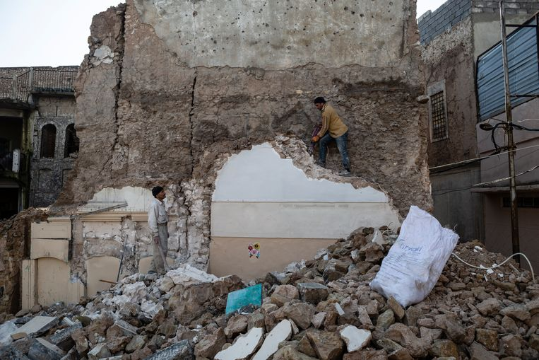 Hazem (l) en zijn neef Zaid verhuren zich als dagloners in Mosoel. Zaids huis werd opgeknapt met hulp van de VN. Dat van Hazem ligt nog steeds in puin.  Beeld Hawre Khalid