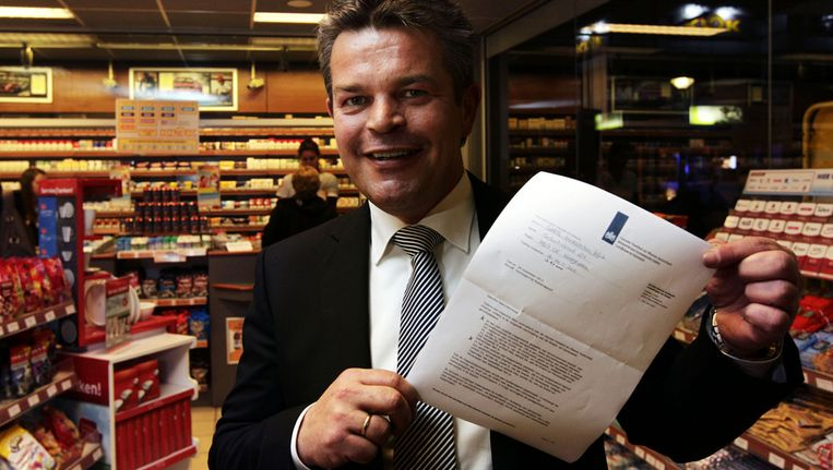 Ewout Klok toont de drankboete van de Nieuwe Voedsel en Waren Autoriteit die hij heeft gekregen nadat bij zijn tankstation in Hoogeveen alcohol weer verkocht werd Beeld anp
