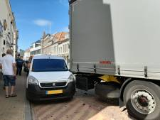 Vrachtwagen raakt auto in beruchte bocht in Gorcumse binnenstad