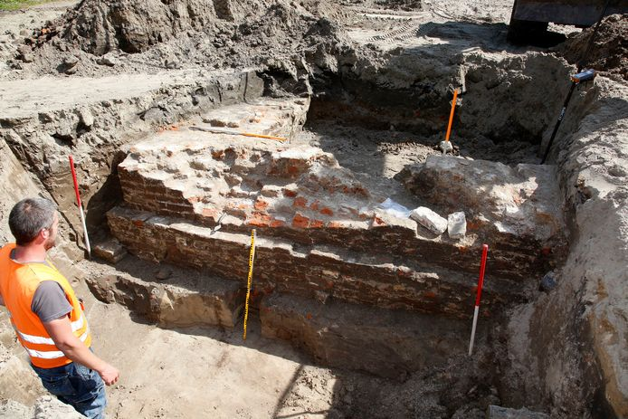 Op het Princebolwerk is een verdedigingsmuur uit de 13 of 14 eeuw gevonden, archeoloog Senne Diependael (links) brengt de muur in kaart.